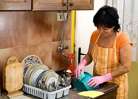 mujer fregando platos