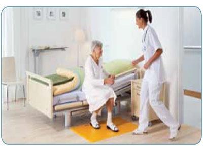 Anciana con alfombra anticaidas