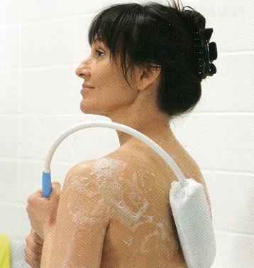 taburete de baño. Cepillo de Baño Curvado es muy efectivo para lavarse y permite llegar a todos los puntos de tu espalda.
