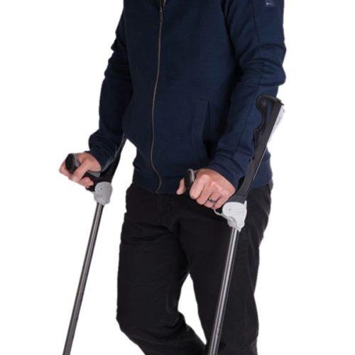 hombre utilizando muletas ergodynamic con amortiguacion