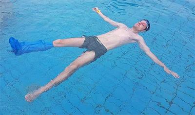 en la piscina con protector bloccs para escayola