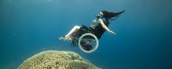 Mujer con silla de ruedas debajo del agua