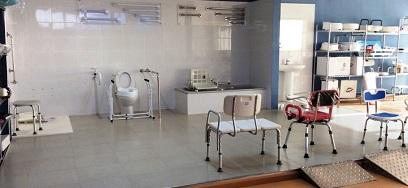 Asiento De Aluminio Plegable Y Con Ruedas. Puede utilizarse como elevador de WC.
