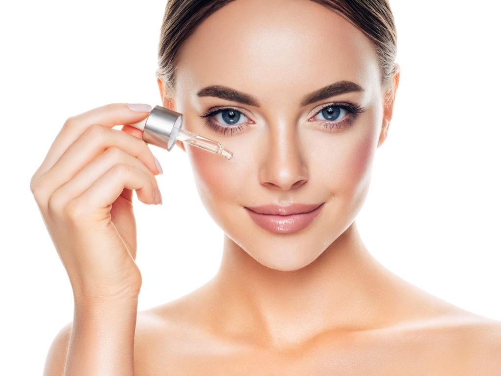 mujer-aplicandose-aceite-sobre-la-piel-anti-edad