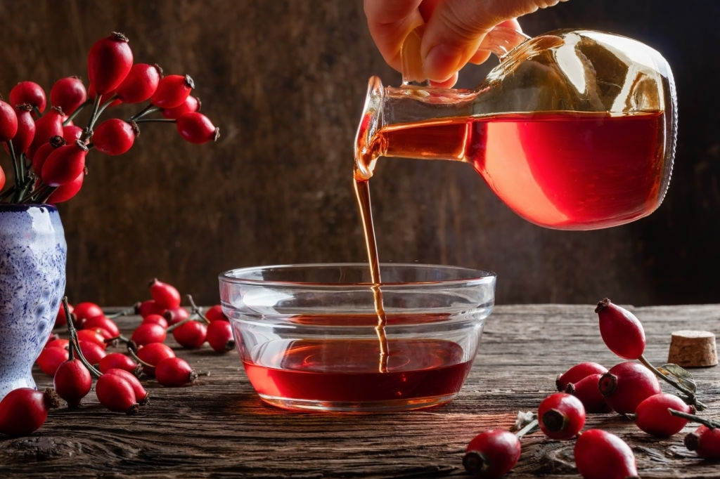 aceite de rosa mosqueta rojo sobre bol