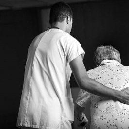 De Profesión, Cuidador. La incorporación del hombre a la atención de ancianos será ya una necesidad.