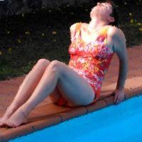 mujer en el borde de una piscina