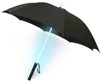 historia del paraguas. Paraguas tipo Blade Runner, muy socorrido en días oscuros