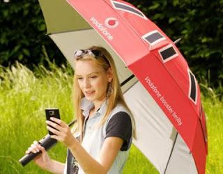 historia del paraguas. Paraguas de una conocida operadora de telefonía, amplía la cobertura del terminal y lo recarga
