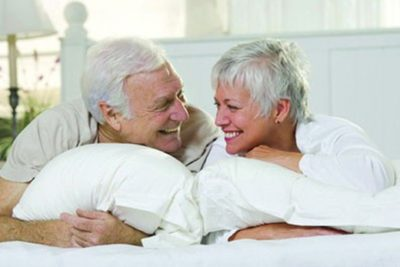 personas mayores en la cama