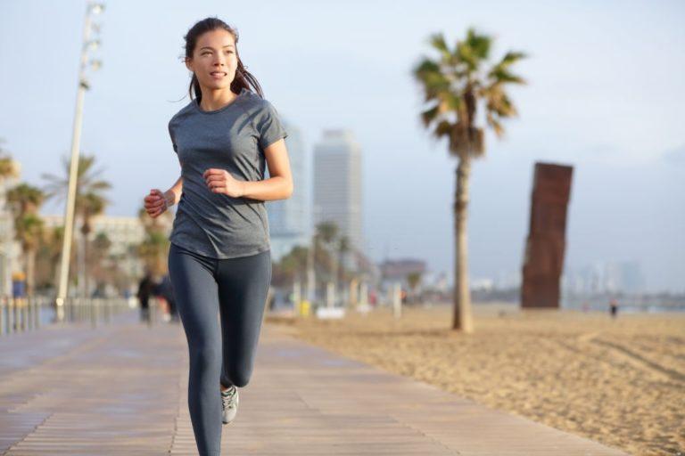 mujer haciendo running mientras respira
