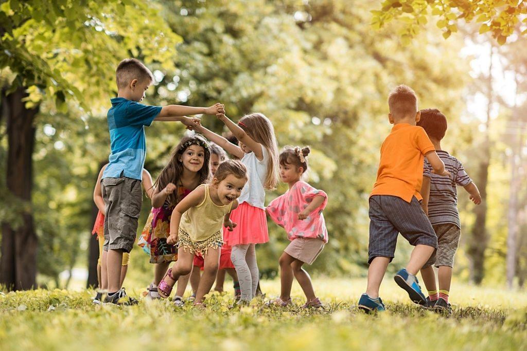 muchos niños juegan juntos fuera
