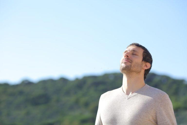 hombre respira correctamente aire fresco