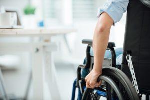 brazo en rueda de silla de ruedas