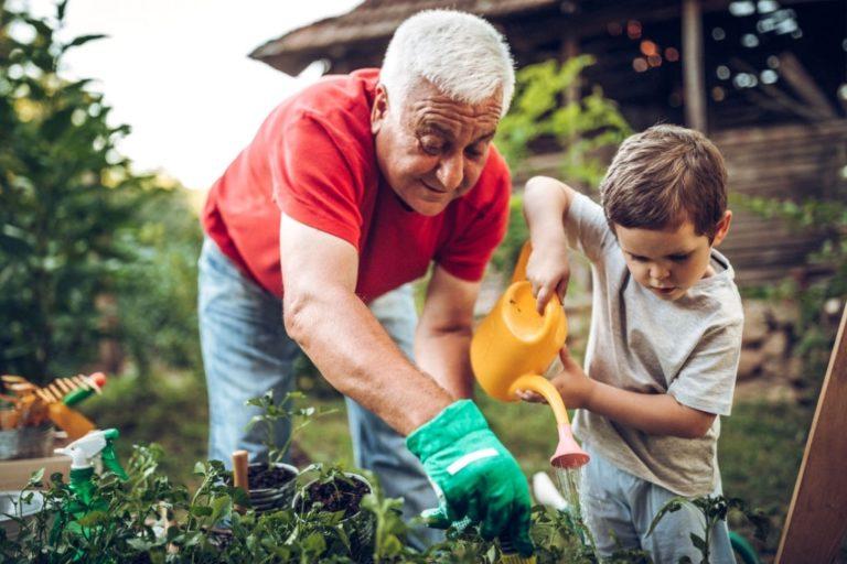 persona mayor con niño en jardin
