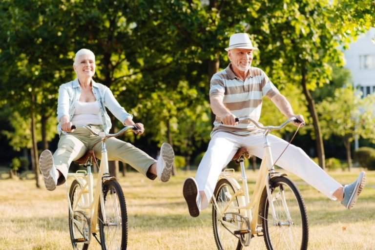 personas mayores montando en bici