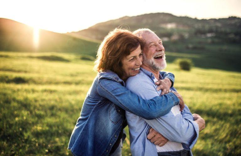 personas mayores sonriendo en pareja