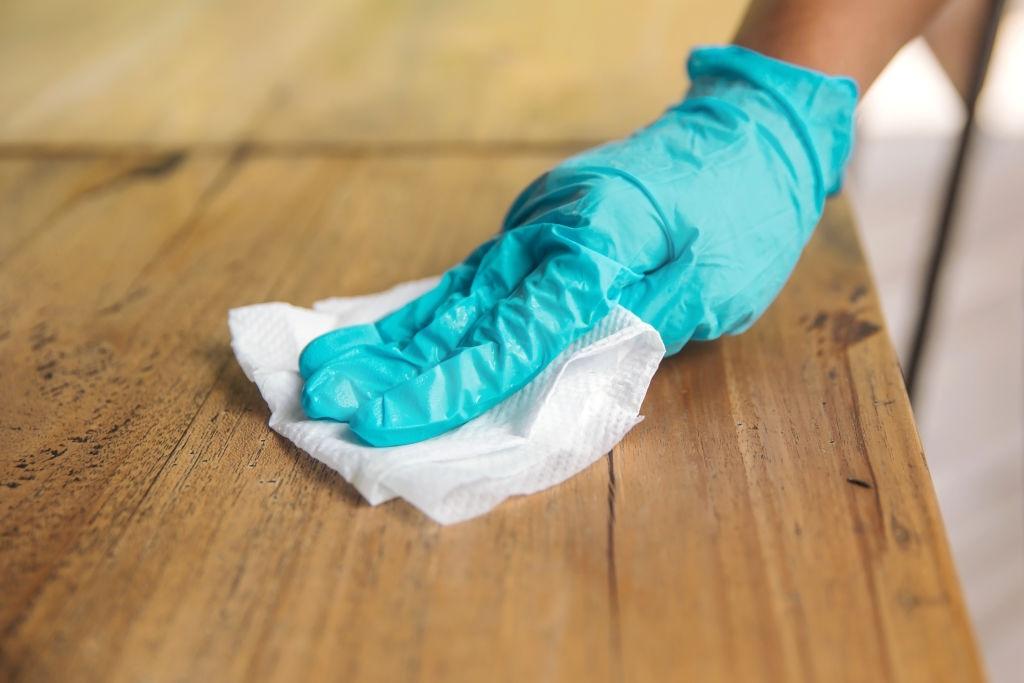 limpieza con guantes higienicos desechables