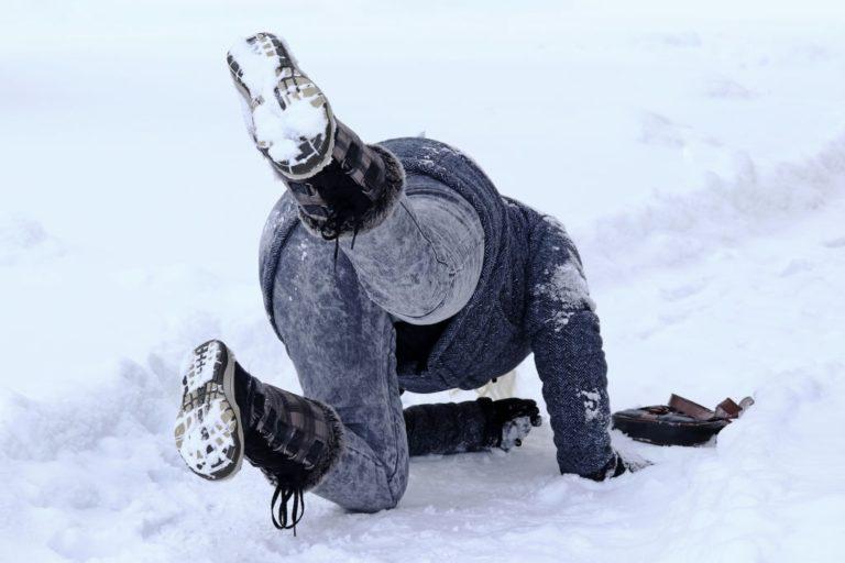 hombre cae de frente contra la nieve por caida
