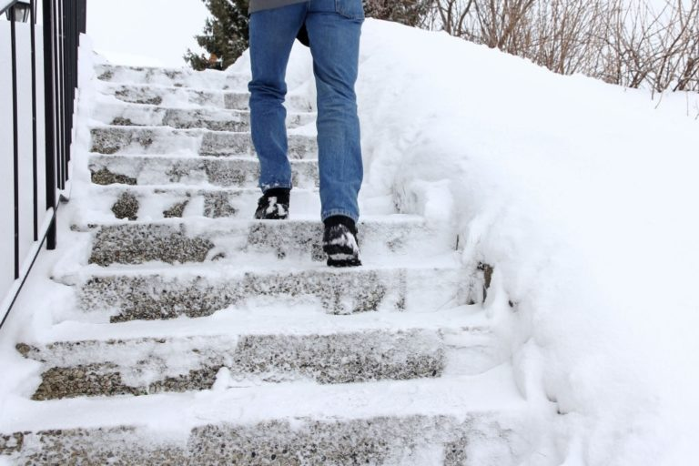 subir escaleras en invierno sin resbalar