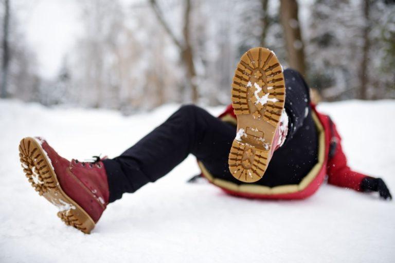 hombre cae de espaldas contra la nieve