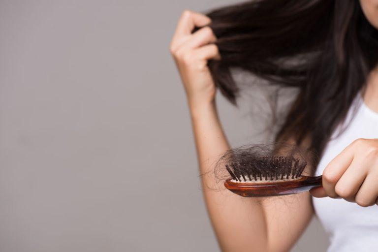 pelo en el cepillo caida en mujeres