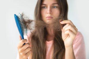 perdida de cabello en cepillo al peinarse