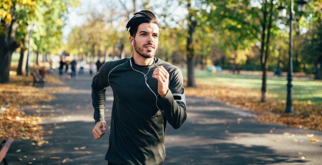 hombre joven running compresas