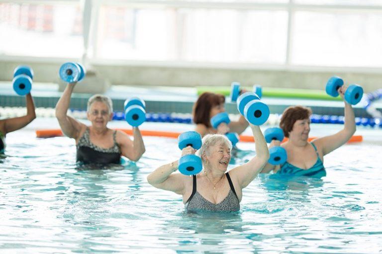 clase de ancianos con aerobic acuatico
