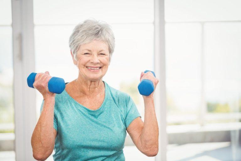 mujer mayor haciendo ejercicio