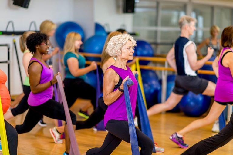 clase de ejercicio con bandas elasticas