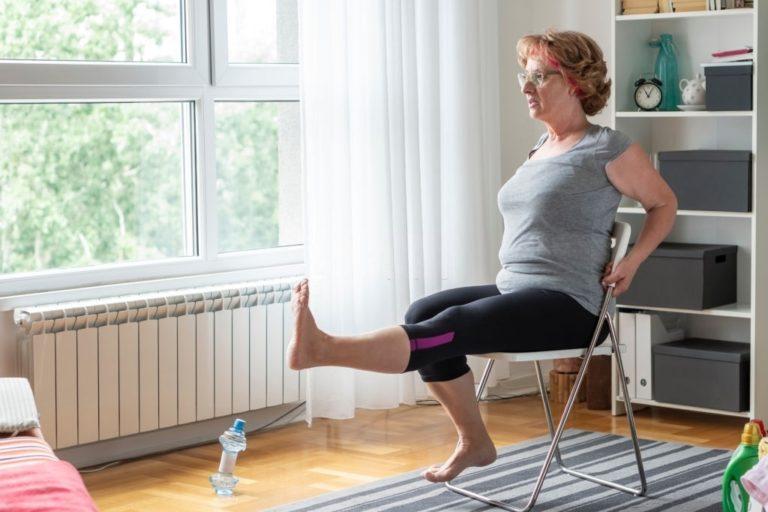 mujer hace equilibrio y ejercicio en silla
