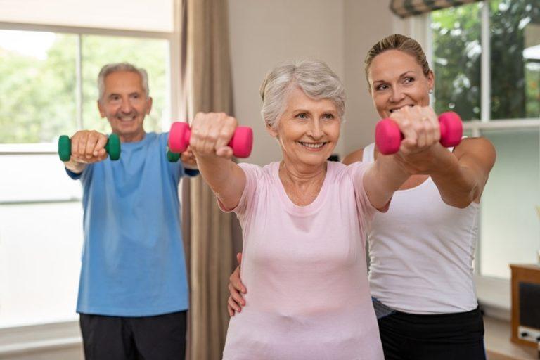 ancianos levantando mancuernas