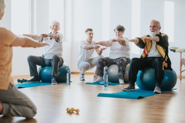 grupo de ancianos haciendo pilates en clase