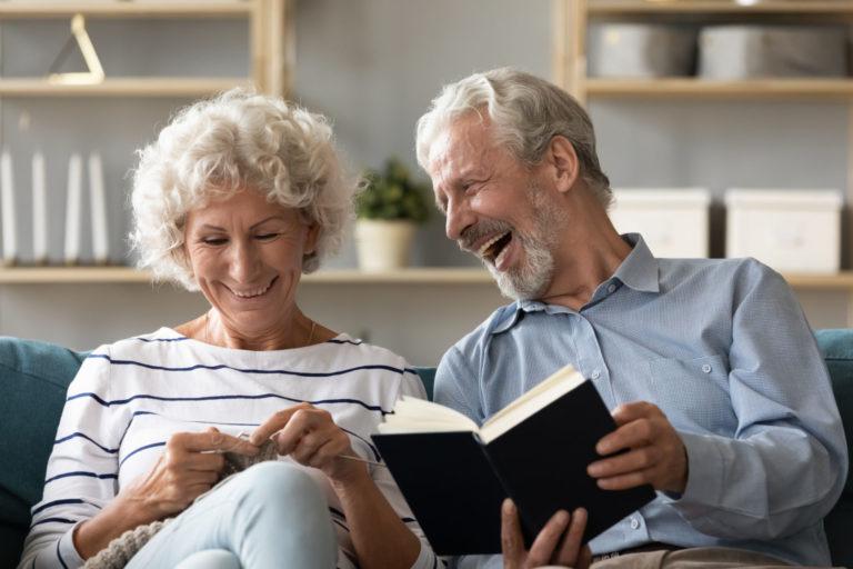 personas mayores practicando lectura