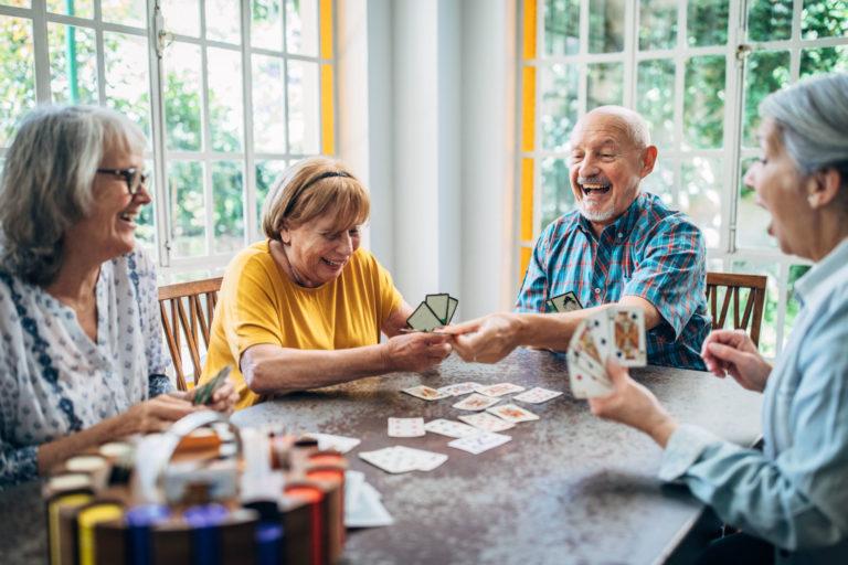 personas mayores en juego de cartas