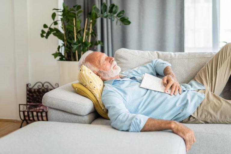 anciano echandose la siesta