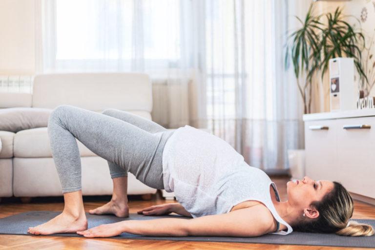 mujer con embarazo haciendo ejercicio en casa