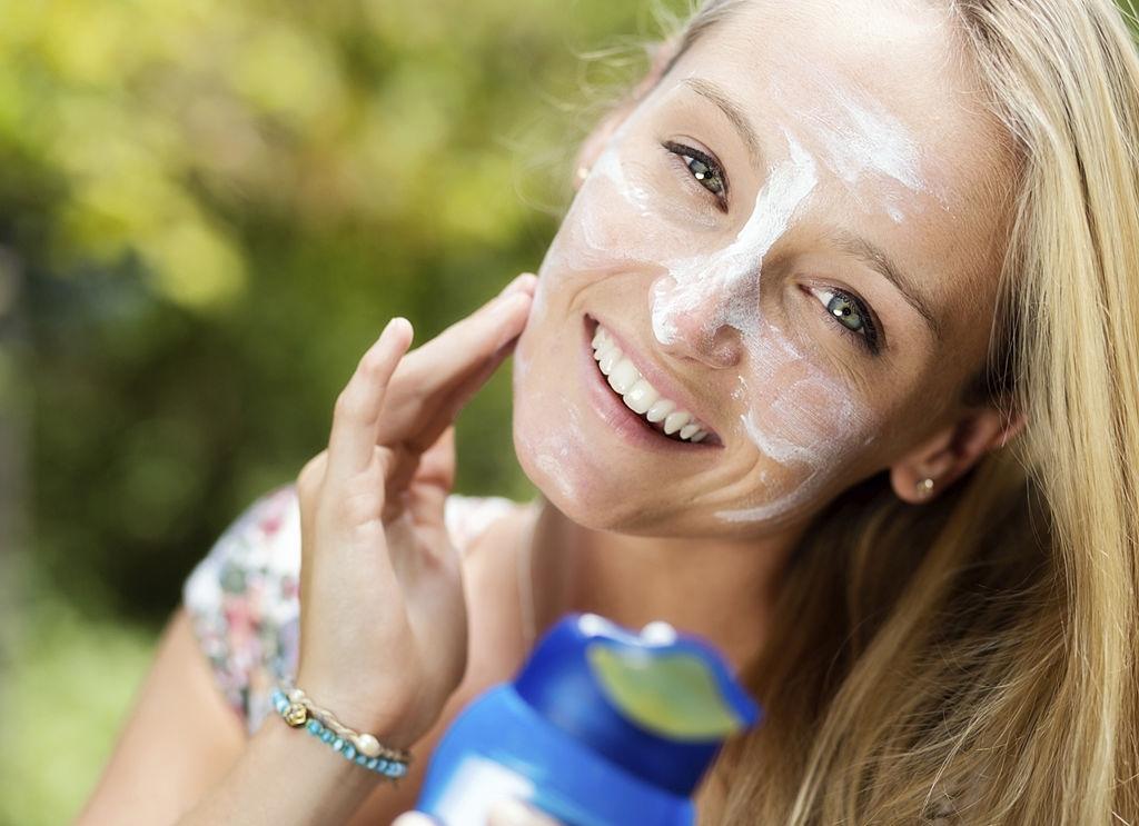 mujer aplicando crema de oxido de zinc